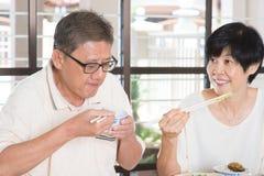 Het Aziatische Hogere Paar Eten Royalty-vrije Stock Foto's
