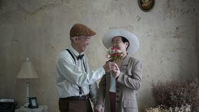 Het Aziatische hogere paar viert de dagbloem die van Valentine ` s liefde dateren stock video