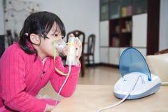 Het Aziatische jong geitje ademhalings nemen royalty-vrije stock foto's