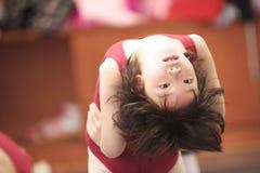Het Aziatische jong geitje dansen Royalty-vrije Stock Afbeelding