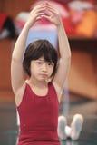 Het Aziatische jong geitje dansen Stock Fotografie
