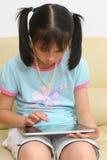 Het Aziatische jong geitje spelen met touchscreen royalty-vrije stock afbeelding
