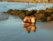 Het Aziatische jong geitje spelen samen op strand Royalty-vrije Stock Foto's