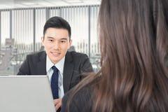 Het Aziatische jonge bedrijfsmens raadplegen royalty-vrije stock afbeelding
