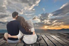 Het Aziatische jonge paar zit samen en koestert royalty-vrije stock afbeeldingen