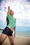 Het Aziatische jonge vrouw ontspannen bij het strand royalty-vrije stock afbeelding