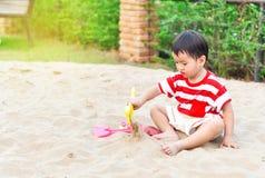 Het Aziatische jongen spelen in speelplaats royalty-vrije stock foto