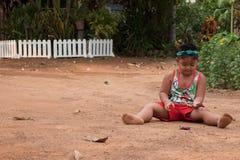 Het Aziatische kind spelen met zand en bal in de speelplaats Stock Foto