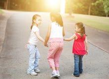Het Aziatische kinderen openlucht lopen Stock Afbeelding