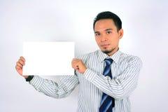Het Aziatische lege die document van de zakenmanholding op wit wordt geïsoleerd Stock Foto