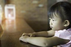 Het Aziatische leuke geluk van het babymeisje royalty-vrije stock fotografie