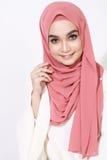 Het Aziatische malay vrouw stellen met moslimkledij Stock Afbeeldingen