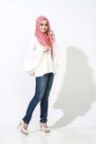 Het Aziatische malay vrouw stellen met moslimkledij Royalty-vrije Stock Fotografie