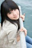 Het Aziatische meisje glimlachen die omhoog eruit ziet Stock Foto's
