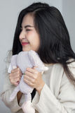 Het Aziatische meisje koestert haar pop Royalty-vrije Stock Afbeelding