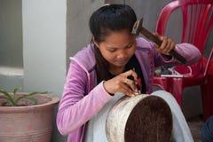 Het Aziatische meisje maakt een cijfer aangaande een zilveren kom Royalty-vrije Stock Foto's