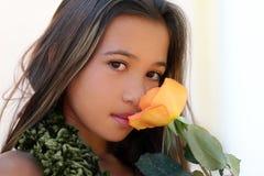 Het Aziatische meisje met nam toe stock foto's