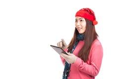 Het Aziatische meisje met rode PC van de het gebruikstablet van de Kerstmishoed kijkt omhoog Stock Fotografie