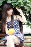 Het Aziatische meisje openlucht glimlachen Stock Fotografie