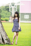 Het Aziatische meisje openlucht ontspannen Royalty-vrije Stock Afbeelding