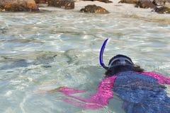 Het Aziatische meisje snorkelt terwijl rubriek aan kust Royalty-vrije Stock Afbeeldingen