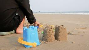 Het Aziatische meisje spelen op het overzeese zandstrand met vóór het gelijk maken van atmosfeer stock video