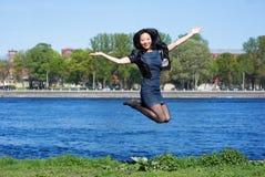 Het Aziatische meisje springen Royalty-vrije Stock Foto