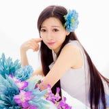 Het Aziatische meisje stelt kuuroordmodel in bloemen op Royalty-vrije Stock Afbeeldingen