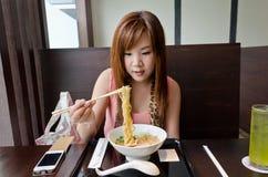 Het Aziatische Meisje treft voorbereidingen om Japanse Ramen te eten Stock Foto's