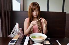 Het Aziatische Meisje treft voorbereidingen om Japanse Ramen te eten Stock Afbeeldingen