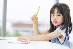 Het Aziatische meisje trekt ernstig stock afbeeldingen