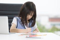 Het Aziatische meisje trekt ernstig royalty-vrije stock foto's