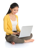 Het Aziatische meisje typen op laptop Stock Fotografie