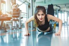 Het Aziatische meisje van de vrouwengeschiktheid doet het duwen UPS bij geschiktheidsgymnastiek Healthca royalty-vrije stock afbeelding