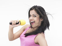 Het Aziatische meisje zingen in haar Mike royalty-vrije stock afbeeldingen