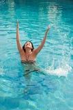 Het Aziatische meisje zwemmen stock foto's