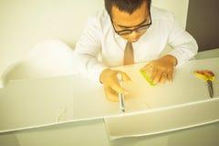 Het Aziatische mensendocument knipsel met schaar voor ambachtendocument en leidt tot stock afbeeldingen
