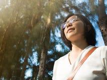 Het Aziatische Ontspannen van de Vrouw Stock Fotografie