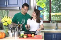 Het Aziatische paar koken Stock Afbeeldingen