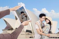 Het Aziatische paar neemt beeld in Sydney Opera House Stock Foto
