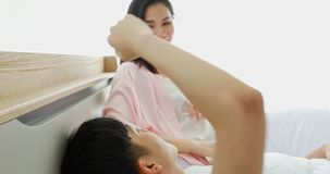 Het Aziatische paar plaagt elkaar in de slaapkamer stock videobeelden