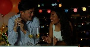 Het Aziatische paar spreken, die hun tijd samen doorbrengen stock footage
