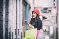 Het Aziatische portretmeisje heeft gelukkige en het luisteren muziek met het winkelen royalty-vrije stock afbeelding