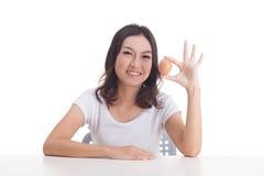 Het Aziatische ruwe ei van de vrouwengreep Stock Afbeeldingen