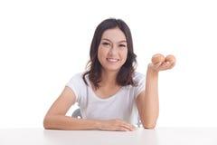 Het Aziatische ruwe ei van de vrouwengreep Royalty-vrije Stock Foto