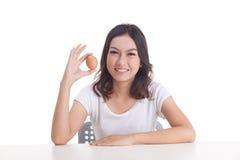 Het Aziatische ruwe ei van de vrouwengreep Stock Fotografie