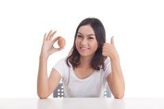 Het Aziatische ruwe ei van de vrouwengreep Stock Foto's