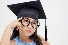 Het Aziatische schooljong geitje gediplomeerde denken stock afbeeldingen
