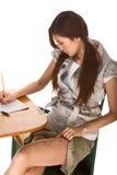 Het Aziatische schoolmeisje treft om op test te bedriegen voorbereidingen Stock Afbeeldingen