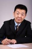 Het Aziatische Schrijven van de Zakenman stock foto's